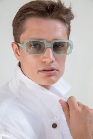 Gafas de sol de colores 1/18 by basique eyewear-Óptica Gran Vía Barcelona