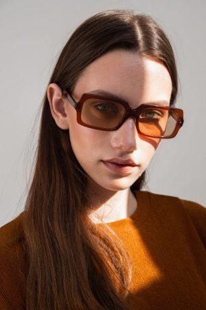 Gafas de sol de colores 1/18 by basique eyewear -Óptica Gran Vía Barcelona